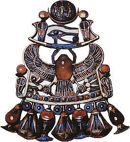 Найденное в гробнице Тутанхомона нагрудное украшение со священными знаками должно было гарантировать фараону воскрешение